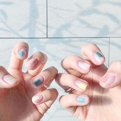 圆形绿色黄色蓝色粉色跳色短指甲美甲图片