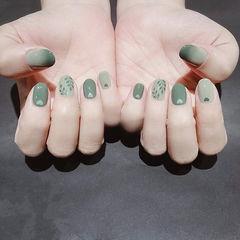 圆形绿色手绘树叶美甲图片