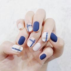 圆形蓝色白色线条磨砂美甲图片