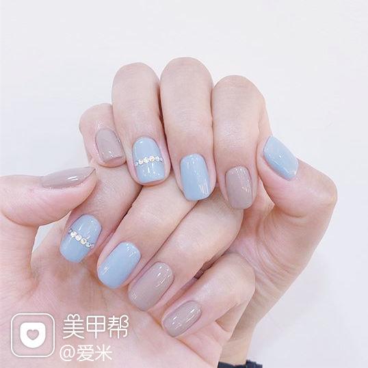 圆形蓝色裸色钻美甲图片