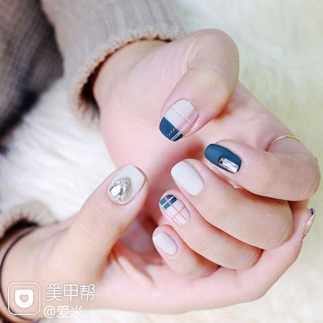 方圆形蓝色白色钻线条磨砂美甲图片