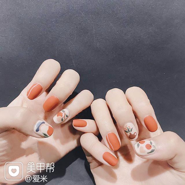 圆形橙色手绘花朵磨砂秋天美甲图片