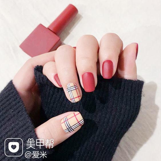方圆形红色裸色格纹磨砂美甲图片