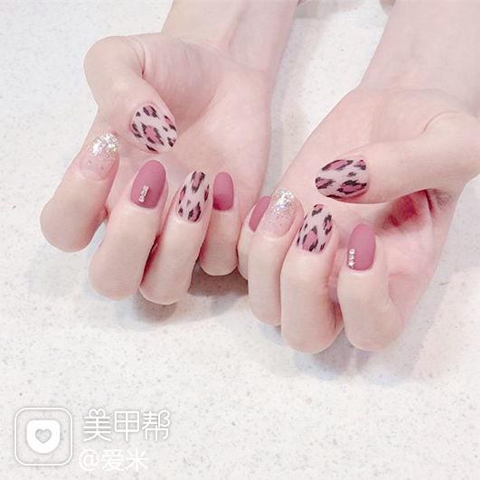 圆形粉色手绘豹纹磨砂美甲图片