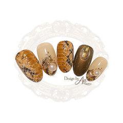 圆形黄色棕色手绘蛇纹金箔珍珠美甲图片