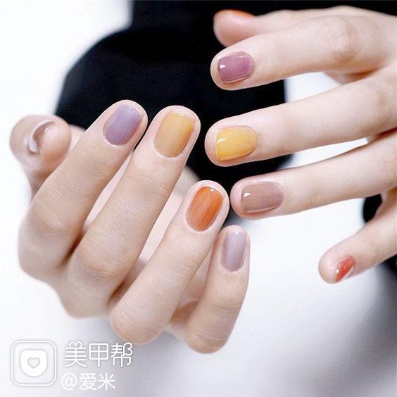圆形黄色紫色橙色跳色美甲图片