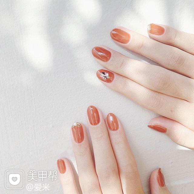 圆形橙色贝壳片美甲图片