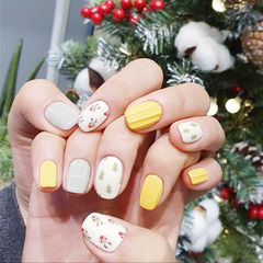 方圆形黄色白色裸色手绘圣诞可爱磨砂美甲图片