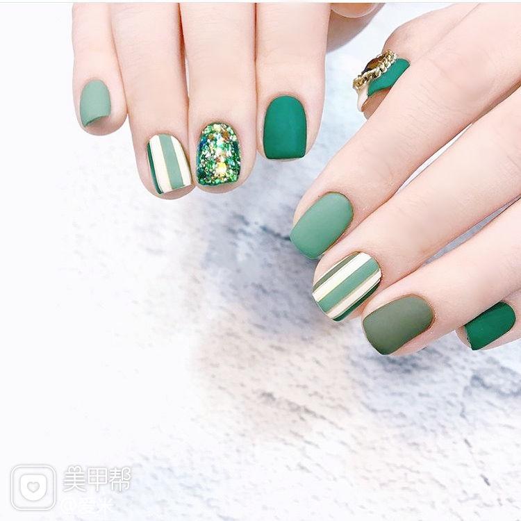 方圆形绿色条纹磨砂美甲图片