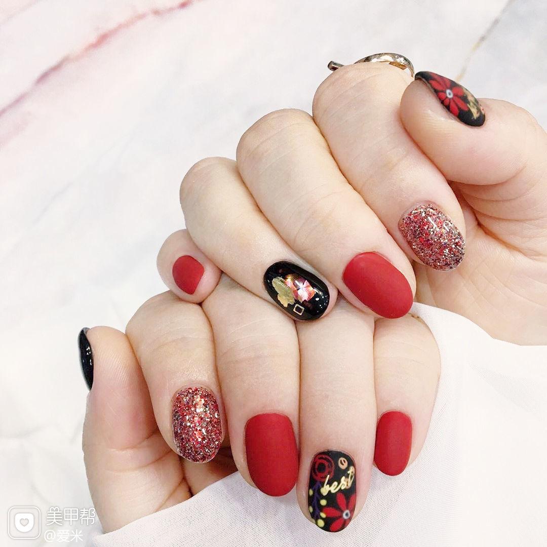 圆形红色黑色手绘花朵磨砂美甲图片