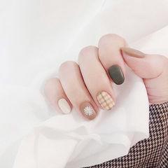 圆形棕色裸色手绘花朵格纹磨砂美甲图片