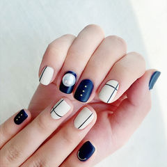 方圆形蓝色白色线条磨砂珍珠美甲图片
