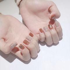 方圆形焦糖色裸色线条金箔短指甲美甲图片