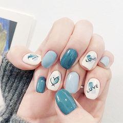方圆形蓝色白色手绘心形美甲图片
