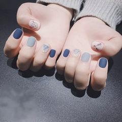 圆形蓝色白色手绘圣诞磨砂短指甲美甲图片