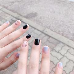 圆形黑色蓝色渐变线条短指甲美甲图片