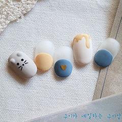 圆形蓝色黄色手绘可爱新年磨砂圆法式美甲图片