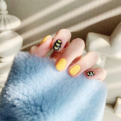 圆形黄色黑色心形美甲图片
