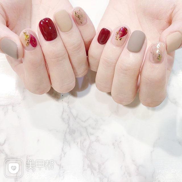 方圆形红色裸色磨砂金箔晕染美甲图片