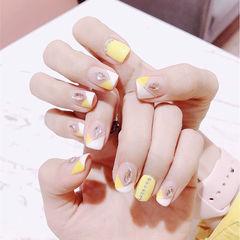 方圆形黄色白色钻倒V法式美甲图片