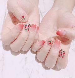 圆形粉色渐变手绘花朵美甲图片