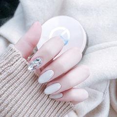 圆形白色钻美甲图片