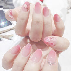 圆形粉色渐变手绘花朵新年美甲图片