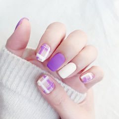 方圆形紫色白色格纹磨砂美甲图片