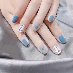 方圆形蓝色白色线条心形美甲图片