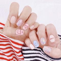 方圆形白色粉色蓝色笑脸心形亮片美甲图片