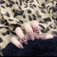 圆形棕色豹纹美甲图片