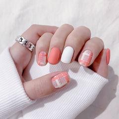 方圆形粉色白色格纹磨砂美甲图片
