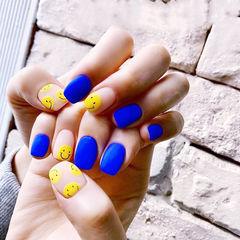 方圆形蓝色黄色笑脸磨砂美甲图片