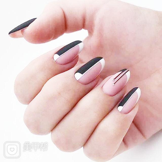 圆形黑色裸色线条磨砂简约美甲图片