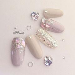 圆形银色裸色贝壳片闪粉新娘美甲图片