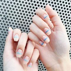 方圆形裸色蓝色线条简约美甲图片