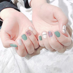 圆形绿色白色银色跳色线条短指甲美甲图片