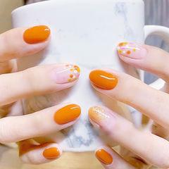 圆形橙色波点显白美甲图片