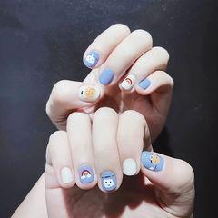 圆形蓝色白色手绘彩虹可爱短指甲美甲图片