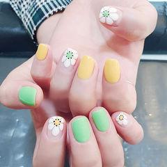 方圆形黄色绿色白色手绘花朵跳色美甲图片