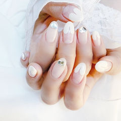 圆形白色钻心形法式美甲图片