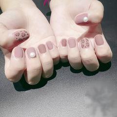 圆形粉色手绘豹纹珍珠磨砂美甲图片