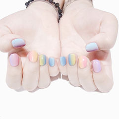 圆形蓝色粉色黄色竖形渐变短指甲夏天美甲图片