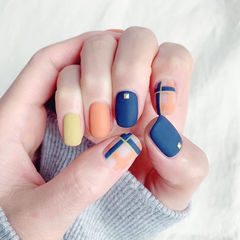 方圆形蓝色橙色黄色线条跳色磨砂美甲图片