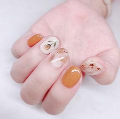 圆形橙色棕色晕染手绘花朵短指甲美甲图片