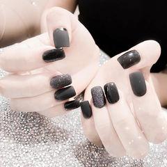 方形黑色磨砂显白美甲图片