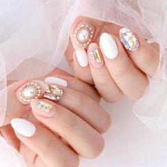 白色钻饰珍珠圆形美甲图片