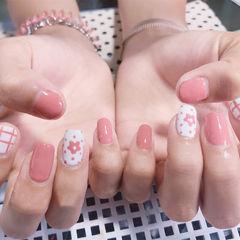 粉色花朵美甲图片