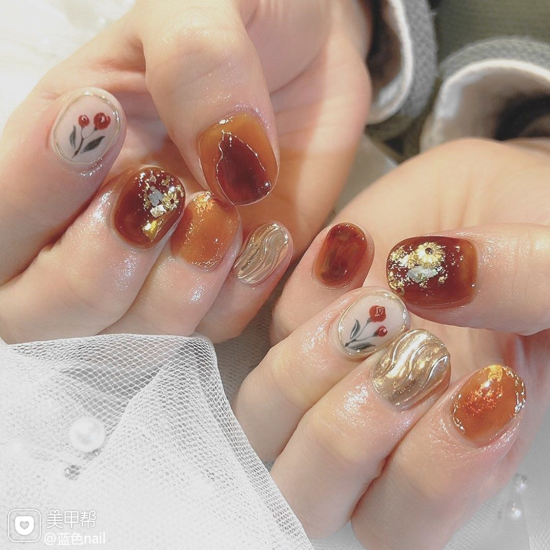 水波纹花朵手绘短甲金箔美甲图片