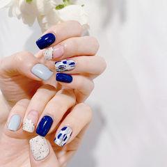 蓝色白色简约美甲图片